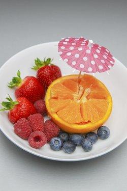 Himbeeren und Orangen sind beide reich an Ballaststoffen.