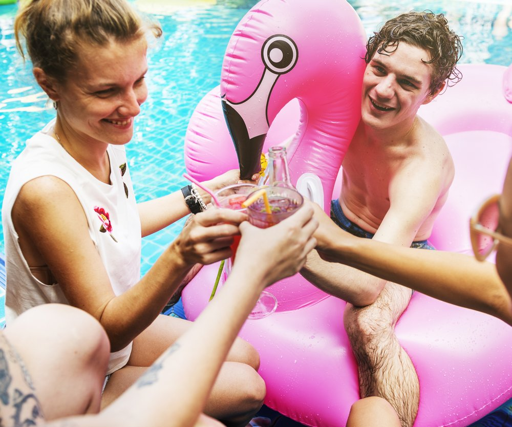 Flamingo Spaß im Pool
