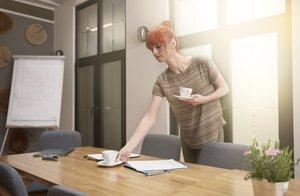 Frauen Kaffee kochen im Büro