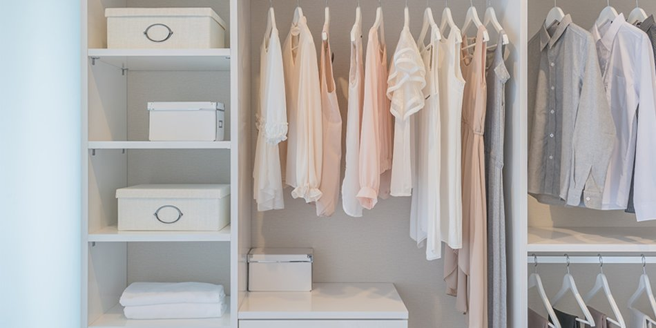 Kleiderschrank aufgeräumt