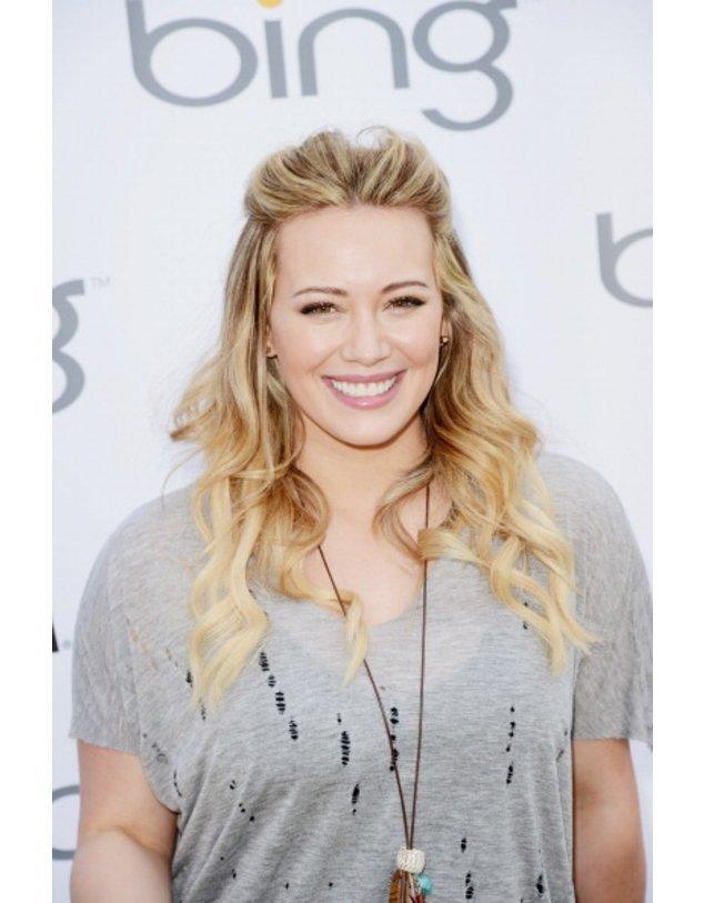 Hilary Duff in einem grauen Shirt
