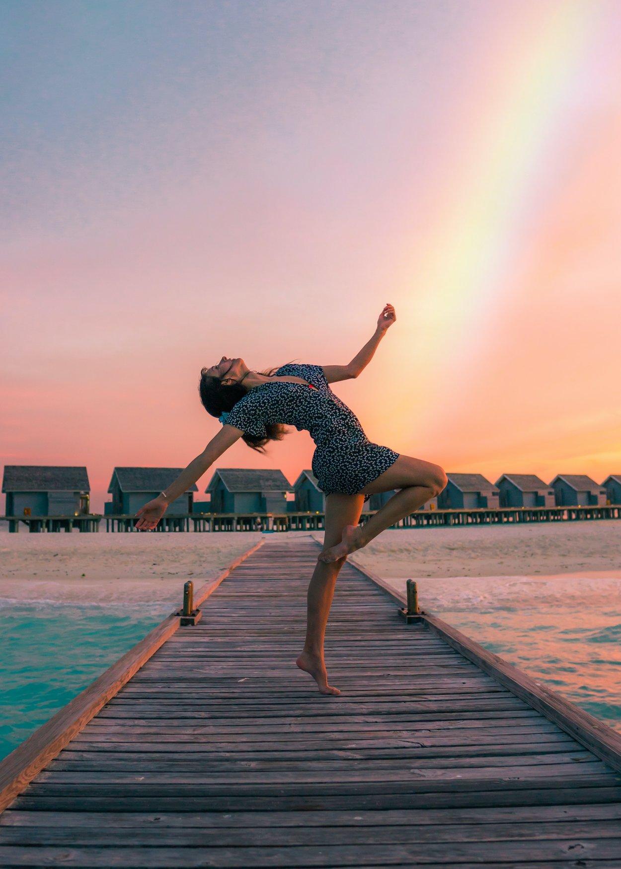 Tramdeutung Tanzen: Frau tanzt am meer
