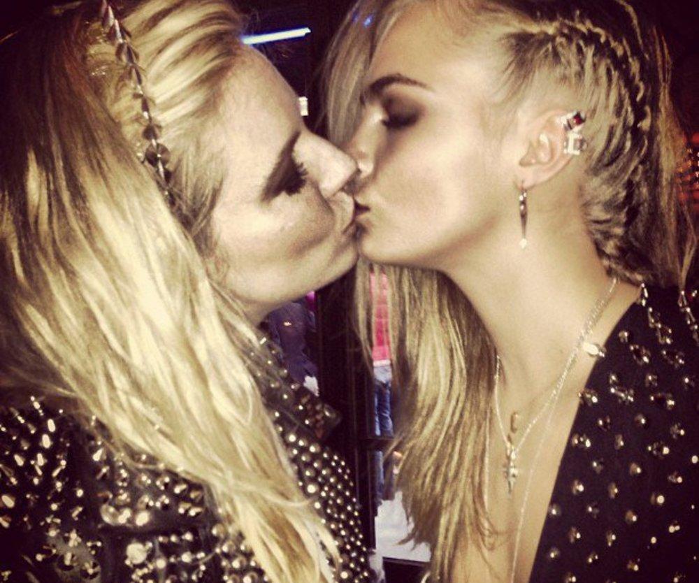 Cara Delevingne küsst gerne Frauen