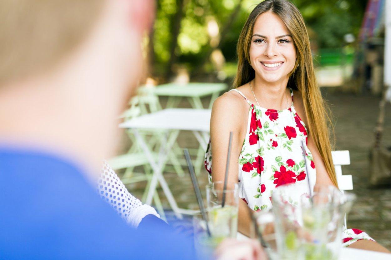 Körperhaltung beim Flirten