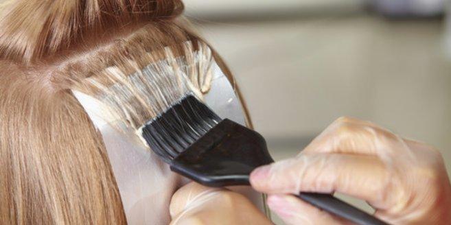 Haare färben in der Schwangerschaft: Frau beim Friseur