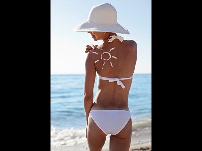 Frau mit Sonnencreme
