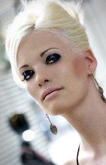 Lässige Hochsteckfrisur für blonde Haare