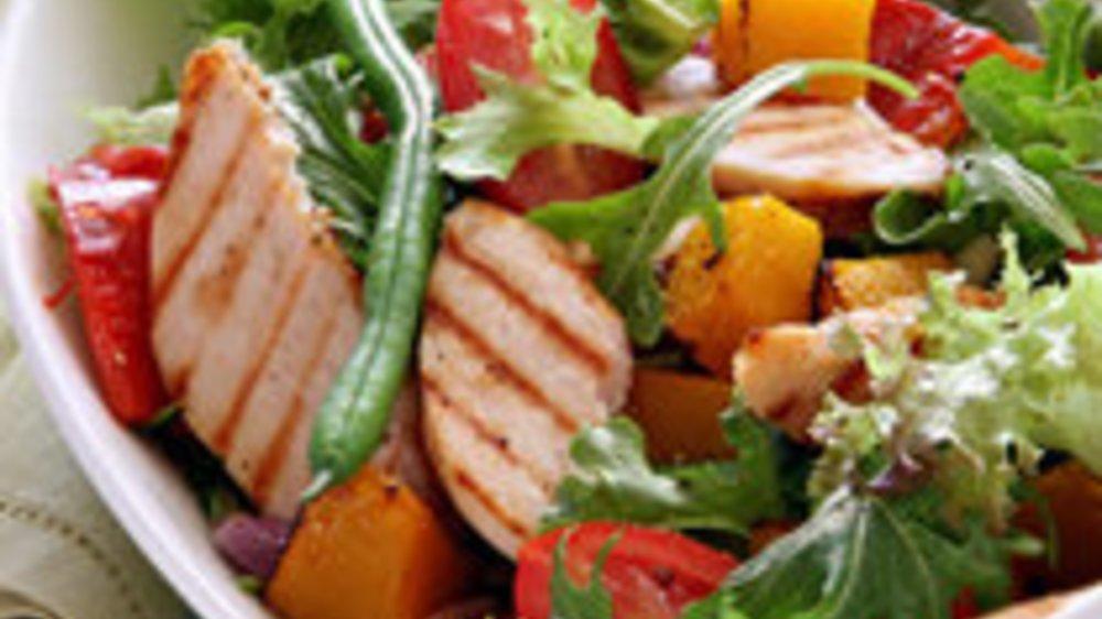 Kopfsalat mit Hühnchen und Erdbeeren