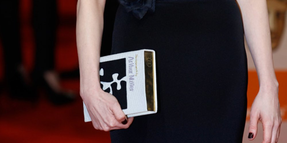 Michelle Williams mit Book-Clutch