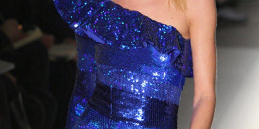 Royalblaues Kleid von Balmain mit vielen Pailletten.