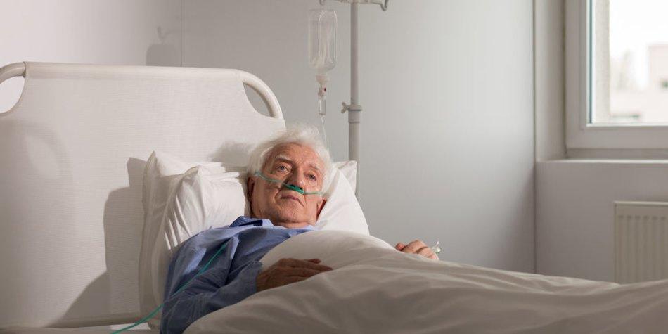 Menschen, die in der Pflege arbeiten, leiden unter einem massiven Arbeitsaufwand und schlechter Bezahlung. Ein Politker gibt ihnen selbst die Schuld daran.