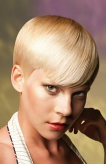 Trendy Pixie Cut im Sleek Look