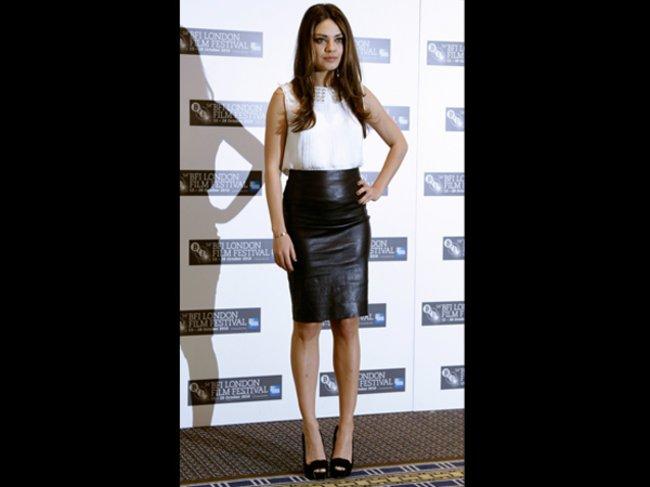 Mila Kunis in einem Lederrock