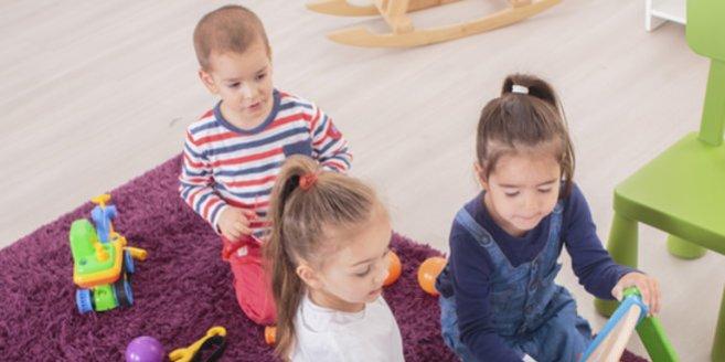 Kinderspiele für drinnen: Kinder spielen zusammen