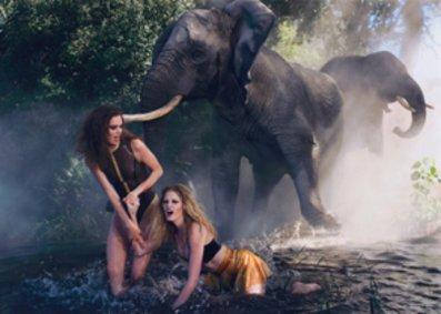 Models im Pirellikalender 2009 mit Elefanten.