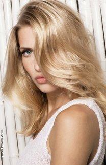 Gestufte Langhaarfrisur in blond