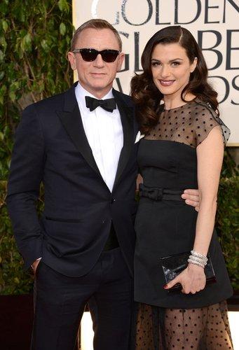 Daniel Craig und Rachel Weisz posieren auf dem Roten Teppich.