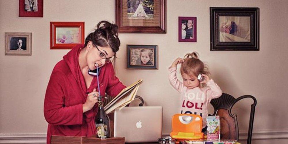 Anne Angenend und ihre Tochter Mia beim Telefonieren