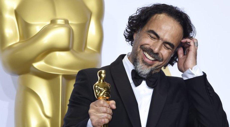 """Alejandro González Iñárritu mit seinem Regie-Oscar für """"The Revenant""""."""