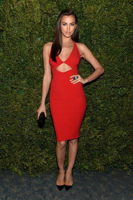 Irina Shayk im roten Kleid