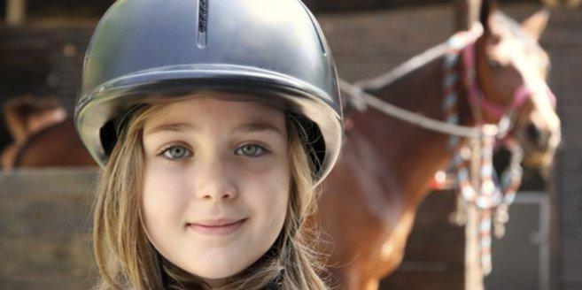 Reitunterricht: Mädchen mit Pferd.