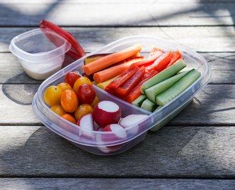 Kleingeschnittenes Gemüse bleibt im Kühlschrank in einer Tupperdose einige Tage frisch