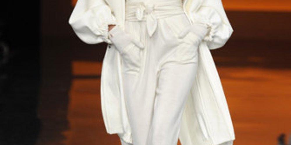 Model im weißen Outfit auf der Fashion Week New York.