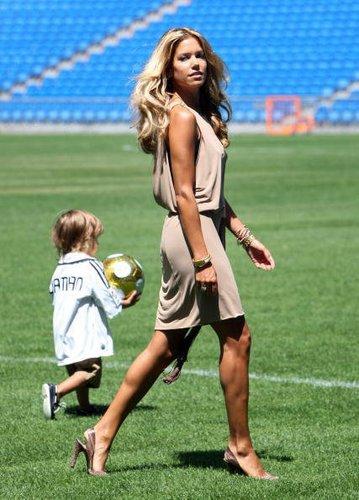 Sylvie Van Der Vaart und ihr Sohn Damian marschieren durch das Fußballstadion