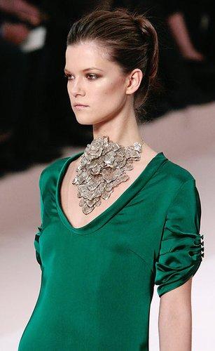 Valentino: Jerseytop mit gerafften Ärmeln und pompöser Silberkette