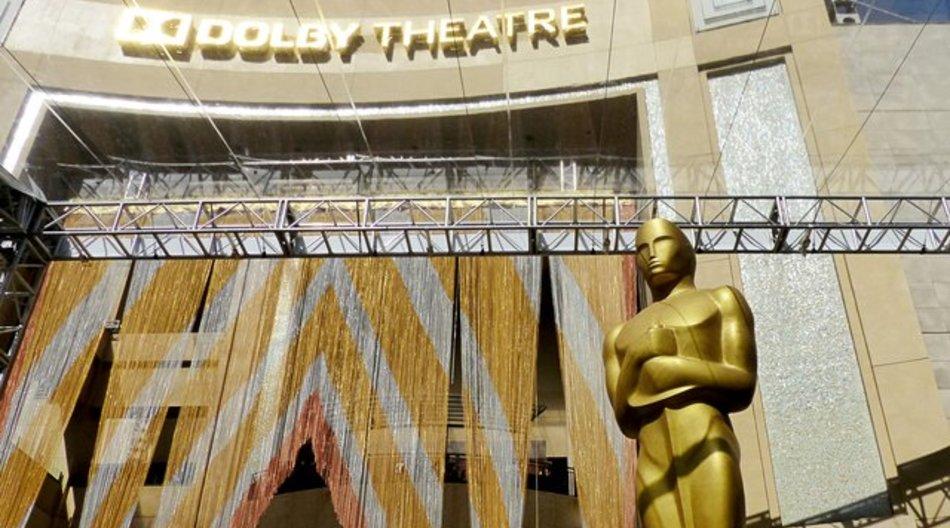 Vorhang auf: Eine Oscarstatue vor dem Eingang des Dolby Theatre auf dem Hollywood Boulevard.