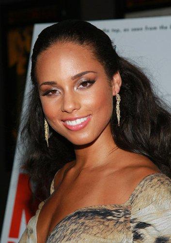 Stylisch zurückgetecktes Haar bei Alicia Keys