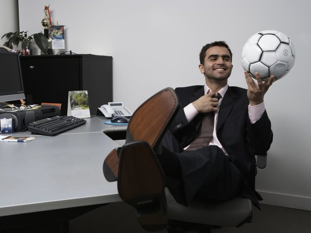 Viele Menschen müssen die WM im Büro verfolgen
