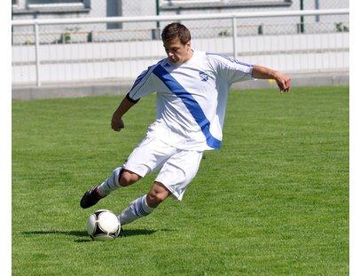 Ein Mann spielt Fußball