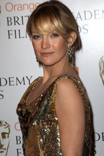 Kate Hudson trägt einen lässigen Zopf