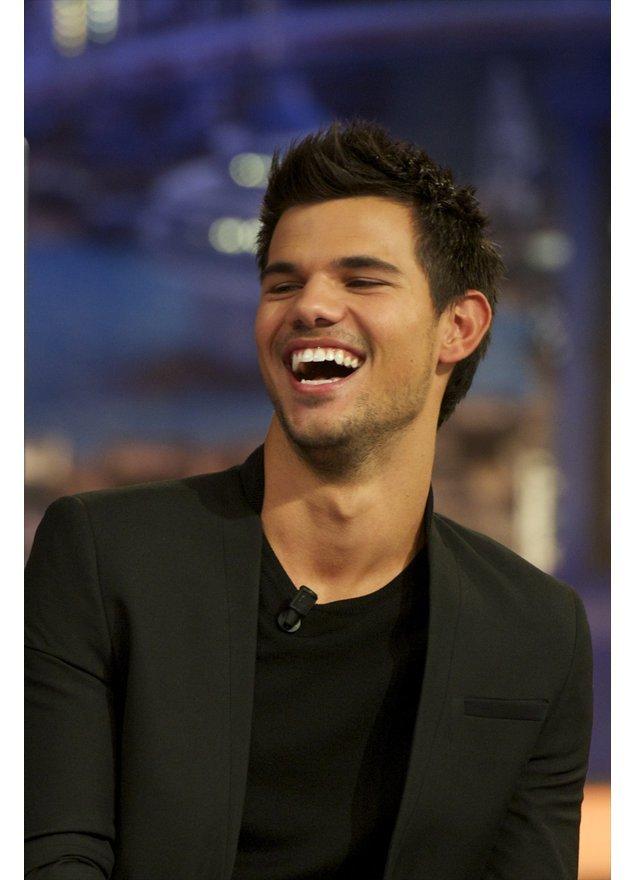 Taylor Lautner lacht