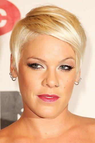Sexy blonder Kurzhaarschnitt bei Sängerin Pink