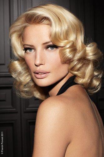 Glamourös: Blonde Wellen im Stil der vierziger Jahre