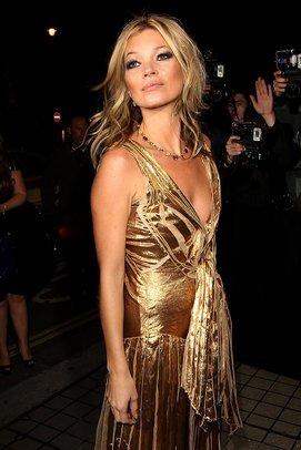 Kate Moss in einem goldenen Kleid