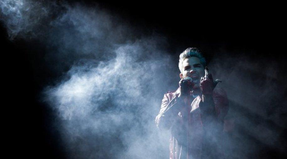 Adam Lambert schält sich aus dem Nebel.