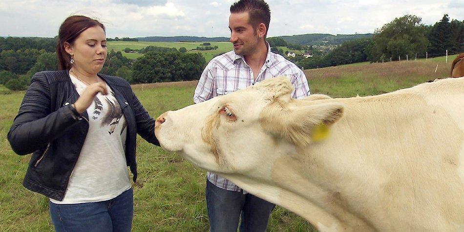 Achtung Sperrfrist bis 10. Oktober 2016, 22.15 Uhr! Daniel (25), der attraktive Jungbauer zeigt Lina (21) seine Kühe.