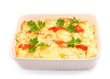 Ein leckerer Tomaten-Kartoffelpüree-Mozzarella-Auflauf