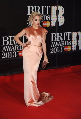 Rita Ora weiß, was die Fotografen wollen.