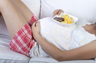 Schwangere mit leckeren Snacks