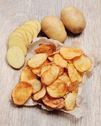 Die selbstgemachten Kartoffelchips aus der Mikrowelle schmecken herrlich kartoffelig und lassen sich beliebig würzen.