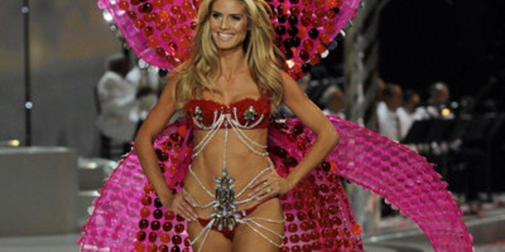 Heidi Klum bei Victoria's Secret mit einer großen Schleife