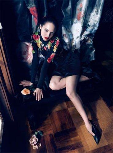 Candice Swanepoel hat sich für die aktuelle Kampagne des Labes Blumarine in einen dunklen Vamp verwandelt.