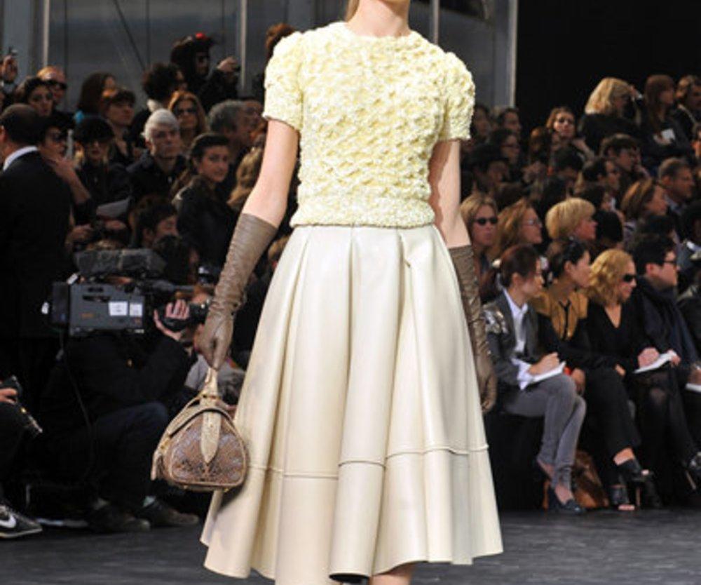 Louis Vuitton: beiges Kleid im 50er Jahre Stil