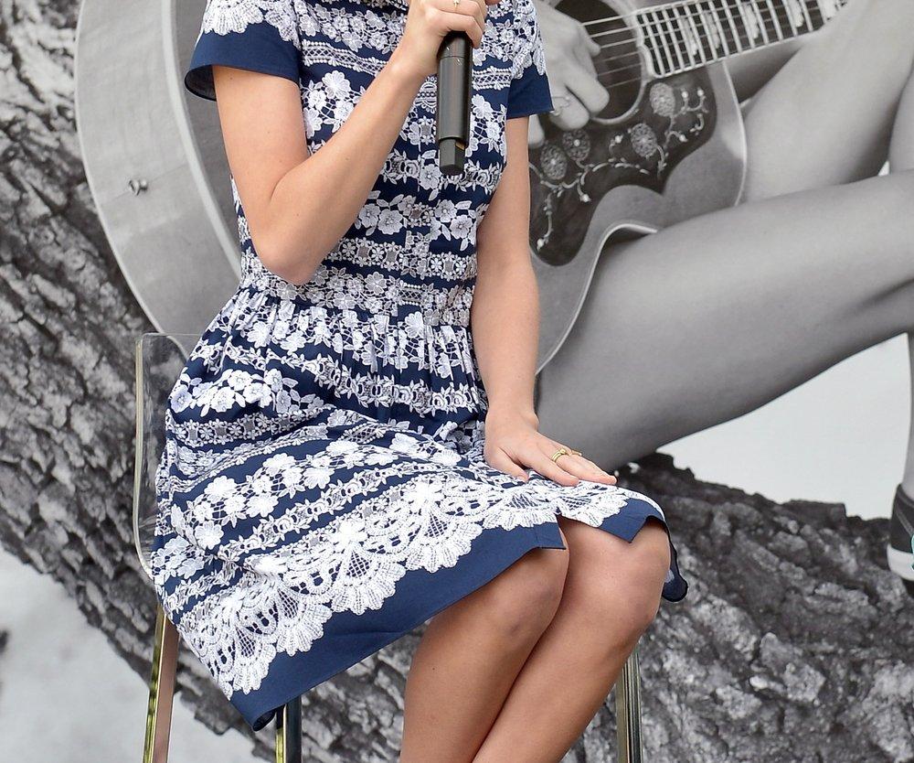 Taylor Swift schminkt sich für die Paparazzi