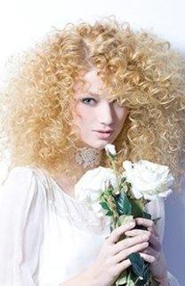 Löwenmähne: Blonde Lockenpracht
