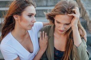 Freundin bei Liebeskummer helfen